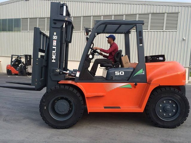 Xe nâng 5 tấn, trọng tải 7 tấn , chuyên nâng hạ máy móc các khu công nghiệp, nhà máy