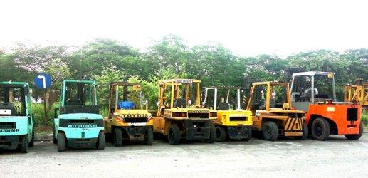 Xe nâng máy 1 tấn - Xe nâng máy 2 tấn - Xe nâng máy 2,5 tấn - Xe nâng máy 5 tấn - Xe nâng máy 7 tấn - Xe nâng máy 10 tấn - Xe nâng máy 12 tấn - Xe nâng máy 15 tấn - Xe nâng máy 17 tấn - Xe nâng máy 20 tấn, - Dịch vụ xe nâng tay, xe nâng máy đa dạng nhiều chủng loại: - Xe nâng máy từ 2,5 tấn -> 20 tấn - Xe nâng tay từ 2 tấn ->5 tấn - Rùa , Ba lăng , tời , xích cáp từ 2 tấn -> 25 tấn - Dịch vụ vận tải Hà Nội chuyên nâng hạ bằng máy , thủ công. - Báo giá cước nâng hạ liên hệ phòng kinh doanh ?